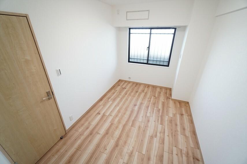 洋室 デスクがついたお部屋です。 収納もありますので居住空間を広く使用できます。