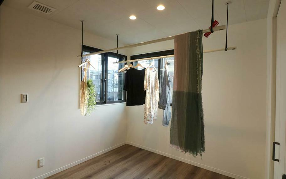 リビングダイニング リビングとランドリールームを遮る扉があるので来客時などは隠すことができます。天井には調質機能付きのパネル、換気扇もついているので洗濯物の嫌な匂いも軽減できます。