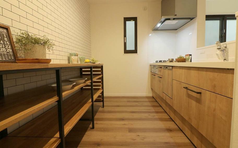 キッチン ブラックのアイアンと木目が美しいオープンタイプの収納を採用しました。レイアウトを柔軟に変えることができ楽しめるのも魅力です。