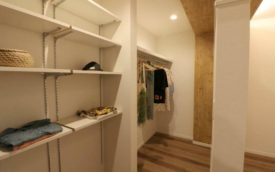 寝室 2.5帖と大きく設けたW.I.Cは可動棚と、パイプを駆使して造り込みました。出入りもしやすいようにあえてドアをなくしています。
