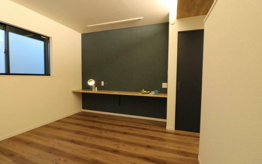 寝室 大きくとったカウンターは書斎やドレッサーとして使ったりテレビを置いたりと多様な使い方ができます。