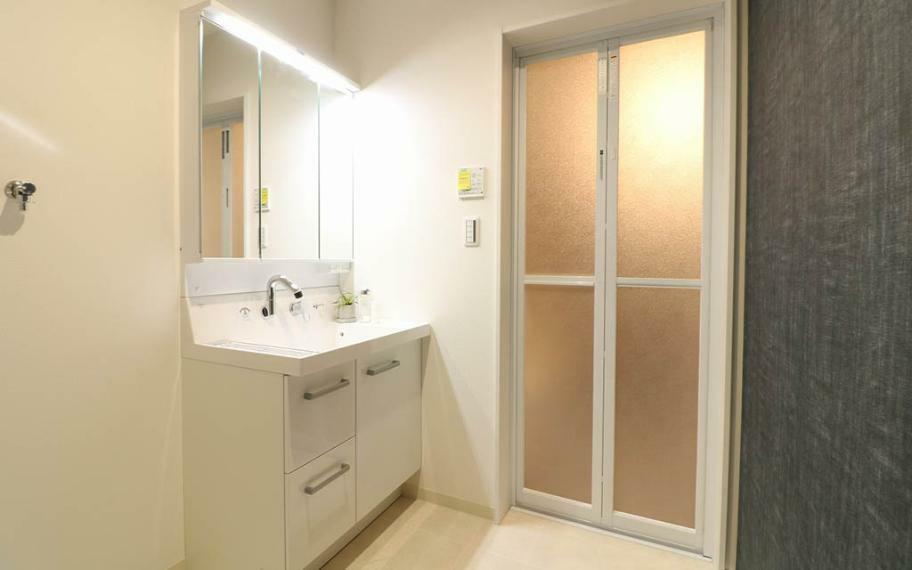 洗面化粧台 鏡の中やシンク下にたくさんの収納できる洗面化粧台はLED照明で省エネ。鏡中にはコンセントがあり、電動歯ブラシや電気カミソリの充電もできます。シャワー水栓・三面鏡で毎朝のセットもスムーズに。