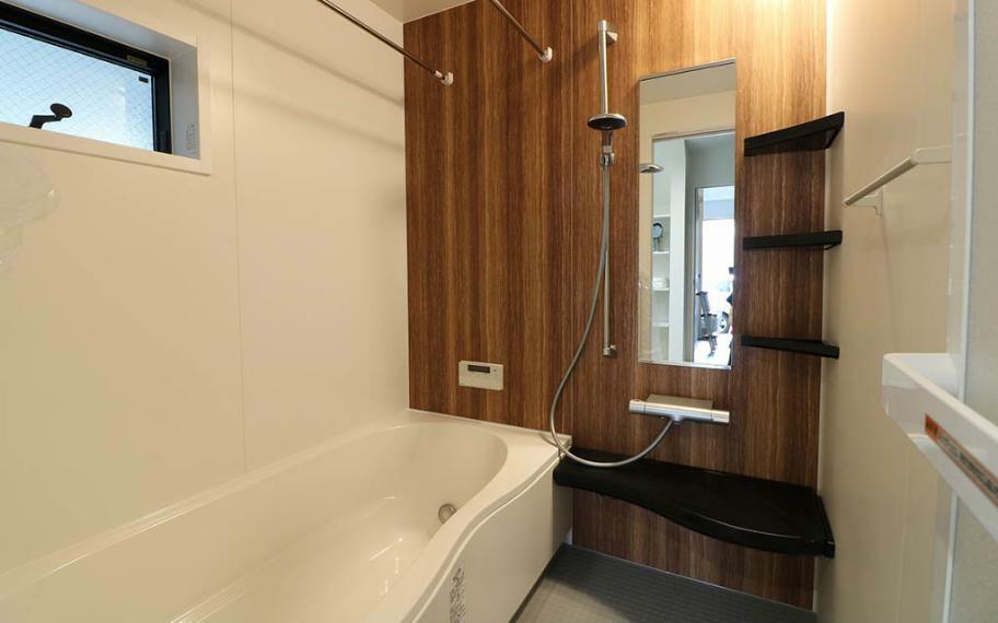 浴室 広々とした1坪タイプの浴室はお掃除もしやすく足をのばして入浴することができます。洗い場も広いためお子様や赤ちゃんのベビーバスを置いて一緒に入ったり、賃貸やマンションではな同プランかなかない大きさです。