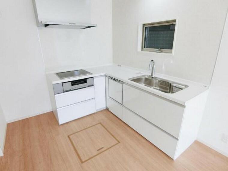 キッチン タッチレス水栓で手を近づけるだけで水が出したり止めたりできます。手が汚れているときや調理中に洗い物をする時に重宝します。
