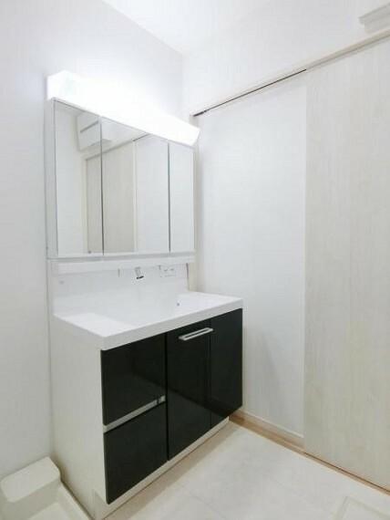洗面化粧台 3面鏡洗髪洗面化粧台で、鏡裏に小物がたっぷり置けますので、歯ブラシや整髪料もすっきり収納できます。