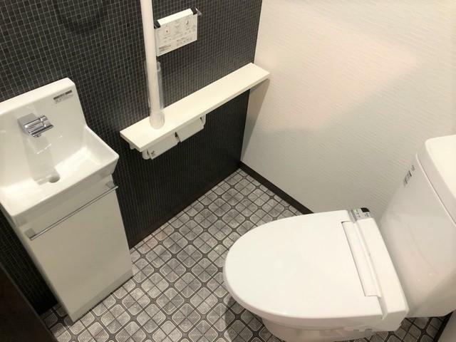 トイレ 1階のトイレはラグジュアリーな印象に。感染対策としても重宝する手洗い場を設置しております。