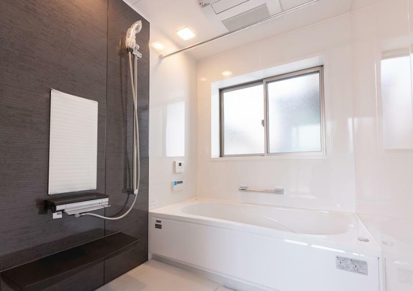 浴室 体の芯から温まるミストカワックを採用しました!半身浴をしながらお肌のケアができる優れものです。