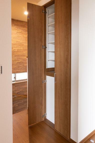 収納 2階の廊下スペースにも可動棚式の収納を確保。ご家族皆さまで共有できる本棚としても活用できますね。
