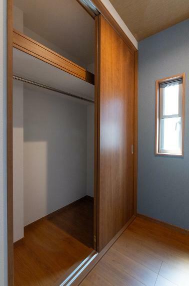 収納 各洋室に収納を確保しております。ワンピースなども畳まず収納できるハンガーパイプ付で使い勝手良好!