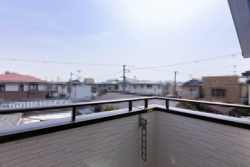 眺望 人目が気になりにくいバルコニーです。第一種低層住居専用地域内につき、周囲に高い建物がございません。