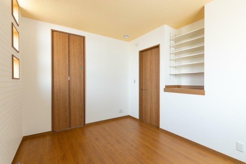 洋室 見せる収納として使用できる可動棚付!お気に入りの小物を飾ったり、本棚としてご活用いただけます。