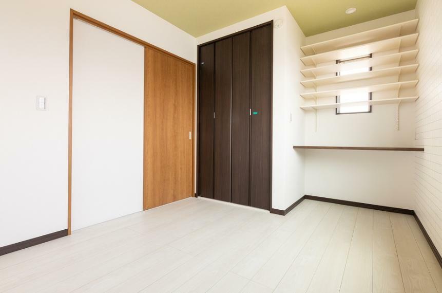 洋室 約5.8帖の洋室にもカウンターを設置しました。可動棚もあり、教科書なども綺麗に整理ができます。
