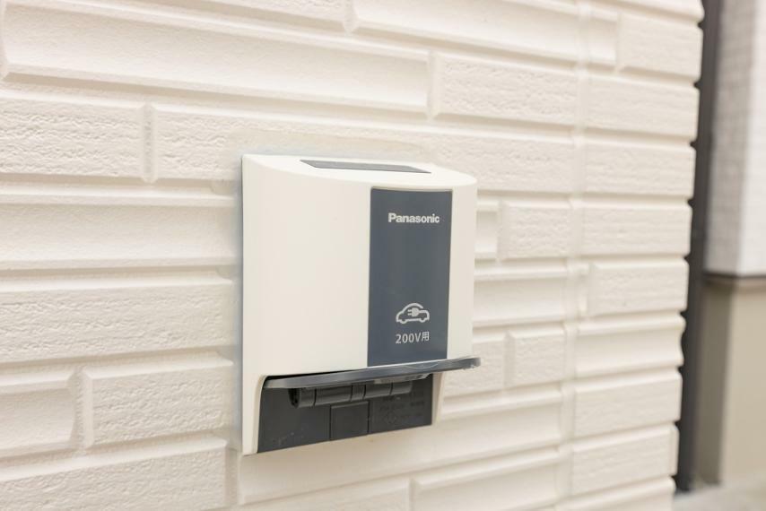 発電・温水設備 これからの時代を見据えたEVコンセントも設置しております。電気自動車へのお買替え時も安心。