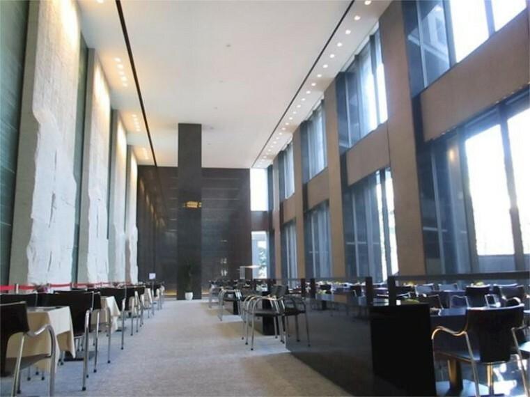 外観・現況 エントランスホール。2層吹き抜けの大空間。
