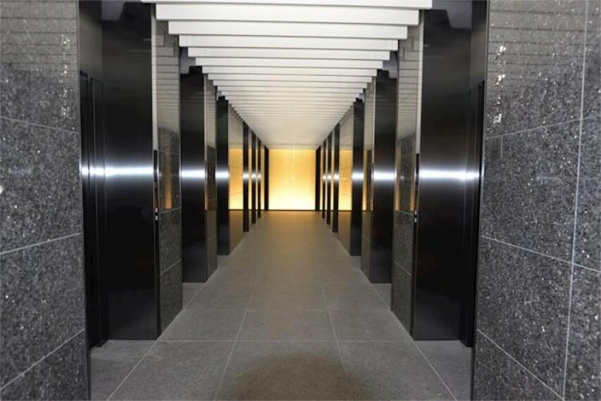 ロビー エレベーターホール。幻想的な空間です。低層階・中層階・高層階用に分かれています。全階用含む14基。