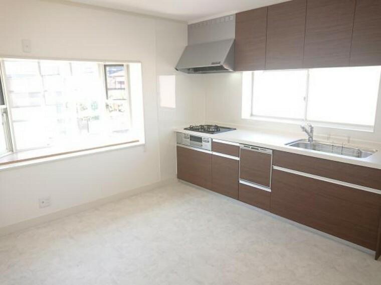 キッチン 【リフォーム済】キッチンはLIXIL製の新品に交換。ワークトップは人造大理石製なので、耐衝撃に優れ、割れにくいです。食洗器付きなので家事の時短になります。