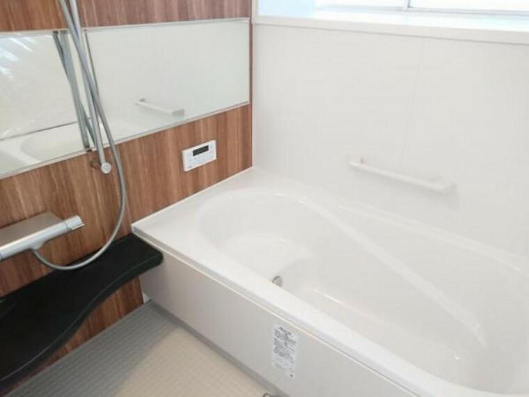 浴室 【リフォーム済】浴室は新品のLIXIL製ユニットバスを設置しました。心地よい入浴を可能にした形状の浴槽は安全面を考慮し床に凹凸が付いています。広々1坪タイプでのんびり入浴でき、一日の疲れを癒せますよ。
