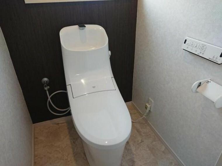 トイレ 【リフォーム済】トイレはLIXIL製の温水洗浄便座に交換。洗浄量は従来のものより大幅な節水を実現、少ない水でもしっかりと洗浄。表面は凹凸がないため汚れがつきにくく、継ぎ目のない形状でお手入れも簡単です。