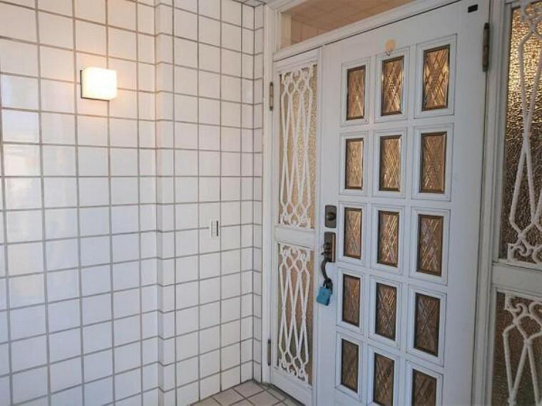 玄関 【リフォーム済】玄関ドアのカギは新品に交換したので防犯上も安心ですね。またカラーモニター付きインターホンを新設したのでモニターでお客様を確認してから対応できます。