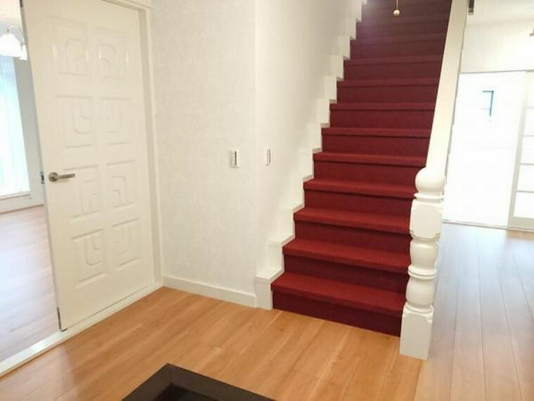 【リフォーム済】3階へ続く階段です。床はカーペットを張り、天井壁のクロスは張り替え、照明はLED照明に交換しました。カーペットがアクセントになって落ち着いた雰囲気になっております。