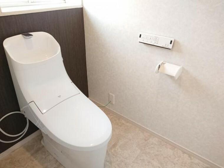 トイレ 【リフォーム済】3階トイレは2階同様LIXIL社製の新品に交換しました。床はクッションフロアを張り、天井壁のクロスは張り替えました。おうちにトイレが2つあれば、順番待ちのイライラも解消ですね。