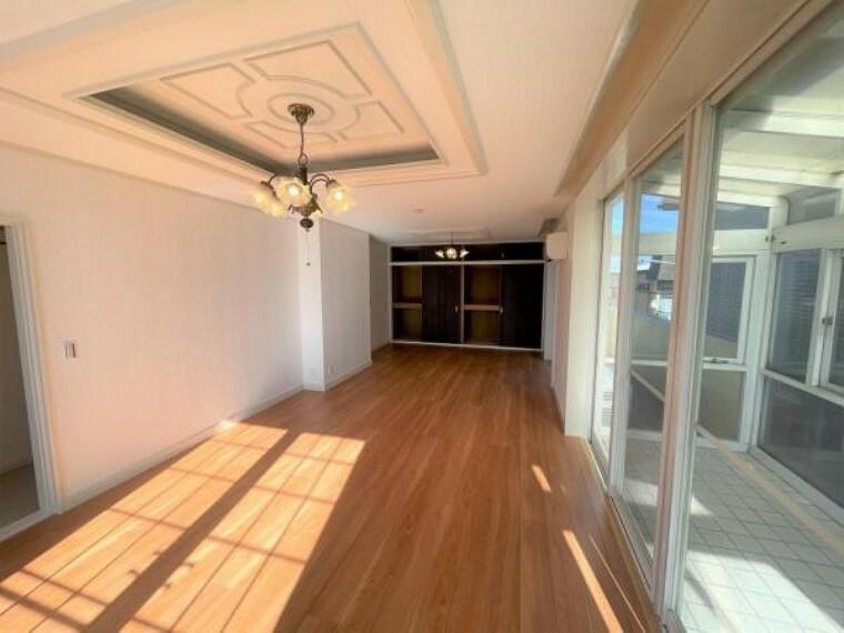 【リフォーム済】3階南東側洋室を別角度から撮影。床はフローリングを重ね張り、天井壁のクロスは張り替えました。大きな窓がある明るいお部屋です。
