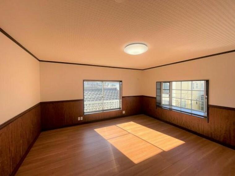 【リフォーム済】3階南西側10帖洋室です。床はフローリングを重ね張り、天井壁のクロスは一部を張り替えました。南西向きで日当たりも良いので主寝室としていかがでしょうか。