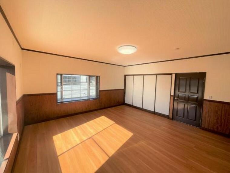 【リフォーム済】3階南西側10帖洋室を別角度から撮影。床はフローリングを重ね張り、天井壁のクロスは一部を張り替えました。障子を開けて6畳和室とつなげて使うこともできます。
