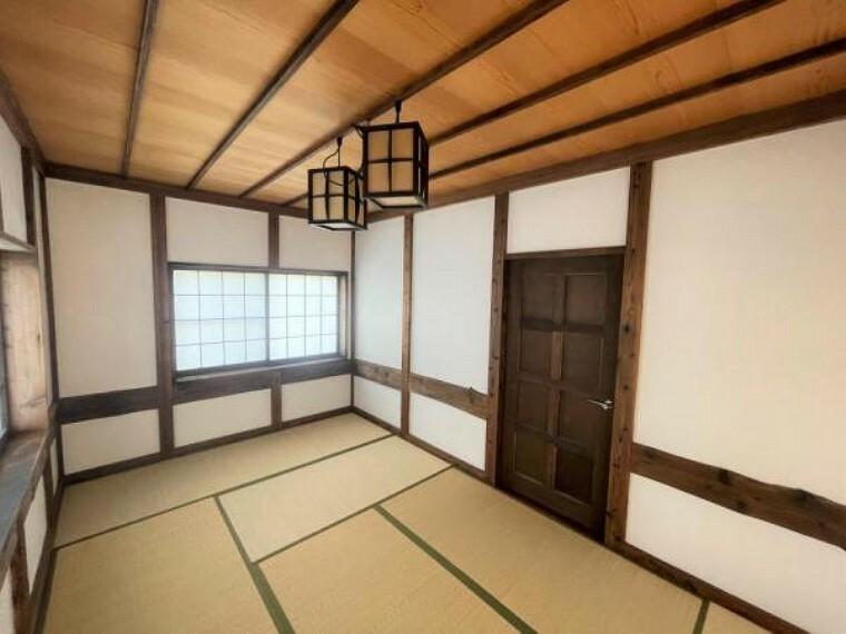 【リフォーム済】3階北西側6帖和室です。畳は交換、天井壁は既存のものを活かしました。和モダンな雰囲気の和室なので書斎スペースとしてお使いいただけます。