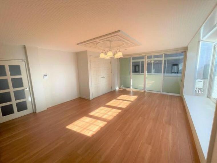 居間・リビング 【リフォーム済】2階リビングを別角度から撮影。床はフローリングを重ね張り、天井壁のクロスは張り替えました。10畳の和室とつながっているので襖を開けると開放的な空間が広がります。
