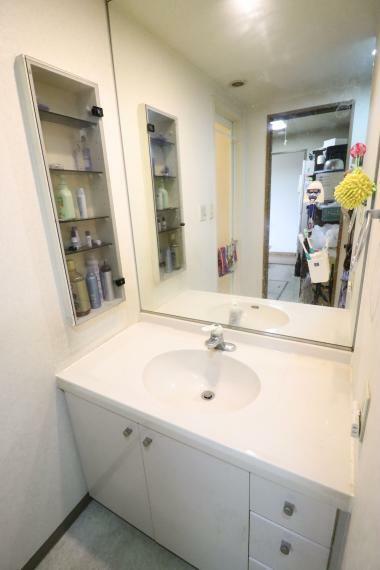 洗面化粧台 毎日使う場所だからこそ自分の好きな色・素材を使った魅せる洗面台に。