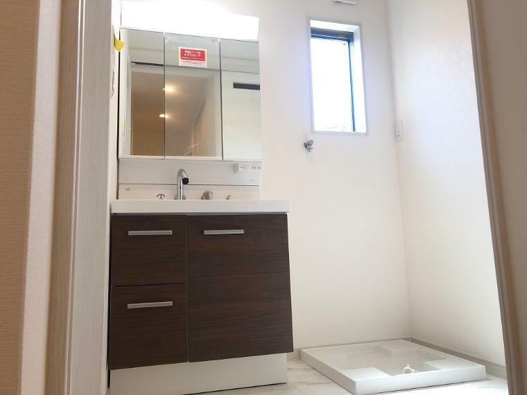 脱衣場 E号地の洗面脱衣室写真です。洗面化粧台は、左下が引き出し、右下が開き戸のタイプになります。