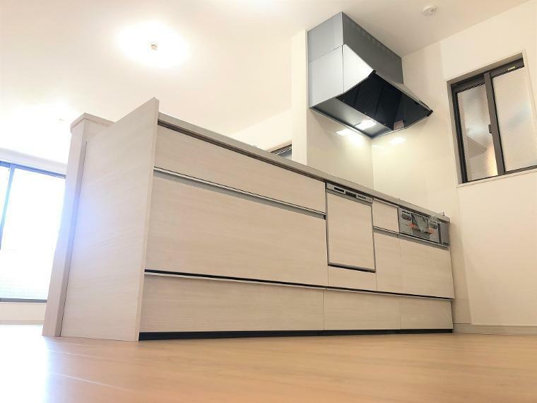 キッチン E号地のキッチン写真です。扉カラーには、クリエアイボリーを選択しました。家事の補助にもなる食器洗い乾燥機も付いております。