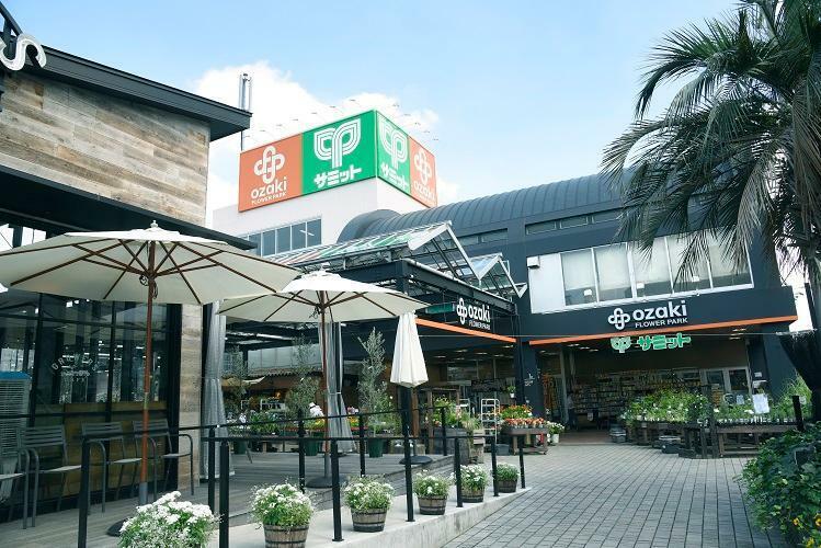 スーパー サミットストア石神井店 9:00~24:00まで営業。100円ショップが併設しています。魚、肉、野菜などの生鮮食品はもちろん日用品も揃っています。(2019年10月撮影)
