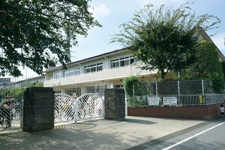 幼稚園・保育園 上石神井幼稚園 広い園庭と明るい園舎の幼稚園です。(2019年10月撮影)