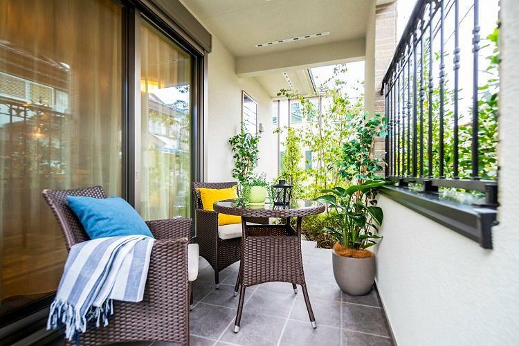 リビングの先に広がるテラスは、植栽に囲まれのんびり寛ぎをもたらす空間です。(モデルハウス20号棟2020年7月撮影)※家具・調度品は販売価格に含まれません。