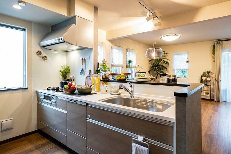 キッチン オープンキッチンで、家族と話しながら料理を作ることができます。(モデルハウス20号棟2020年7月撮影)※家具・調度品は販売価格に含まれません。