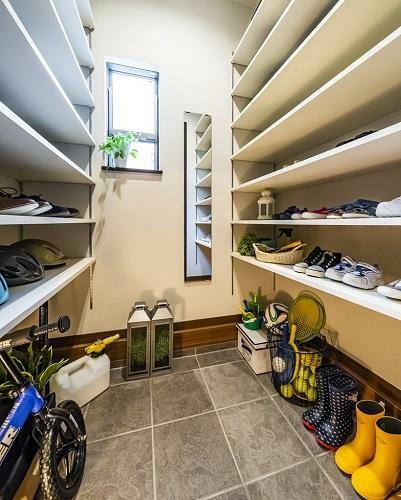 収納 大容量のシューズインクロゼットは、ゴルフバッグやお子様のスポーツ用品の収納にも。(一部棟除く。形状、大きさ等棟により異なります)(モデルハウス20号棟2020年7月撮影)※家具・調度品は販売価格に含まれません。