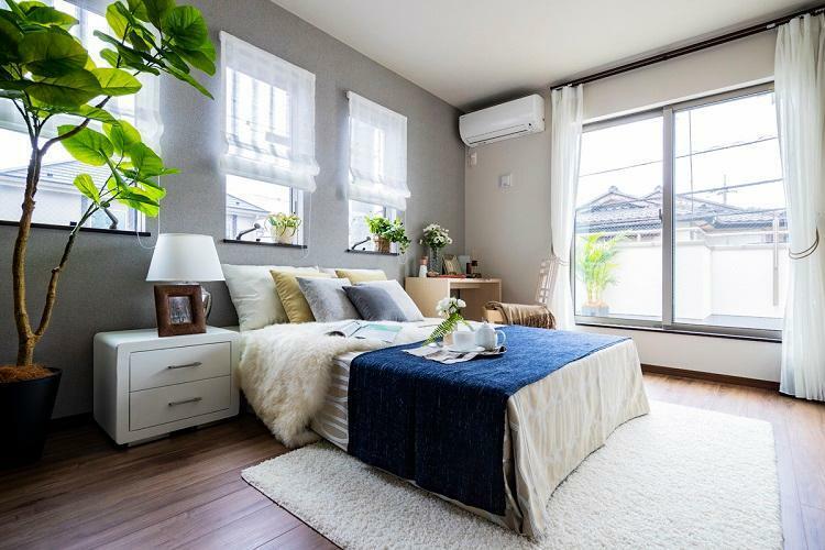 寝室 ウォークインクロゼット付きの主寝室。窓も多く、明るい空間です。(モデルハウス20号棟2020年7月撮影)※家具・調度品は販売価格に含まれません。