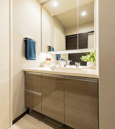 洗面化粧台 鏡裏収納付き三面鏡の洗面室。(モデルハウス20号棟2020年7月撮影)※家具・調度品は販売価格に含まれません。
