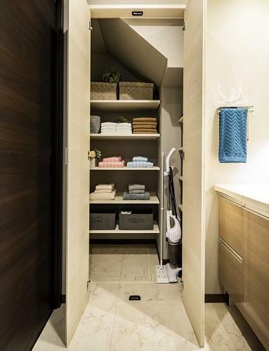 リネン庫 広々リネン庫はタオルや洗濯用品、掃除用品などを収納することができ、洗面室をきれいに保つことができます。(形状、大きさは棟により異なります。)(モデルハウス20号棟2020年7月撮影)※家具・調度品は販売価格に含まれません。