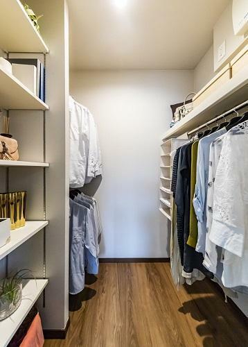 ウォークインクロゼット 家族の衣類や季節ごとのお洋服を整理して収納できる、大容量の収納スペース。住まいのメイン収納として大活躍します。(一部の棟を除く。形状、大きさは棟により異なります。)(モデルハウス20号棟2020年7月撮影)※家具・調度品は販売価格に含まれません。