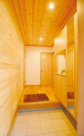 玄関 (1号地)無垢材をふんだんに使用した玄関フロア。木材には天然の消臭効果・調湿効果があり、ジメジメしやすい夏はさらっとした空気に、乾燥しがちな冬の日はふわっと潤う空気に。人にとって快適な空間を作ってくれます。