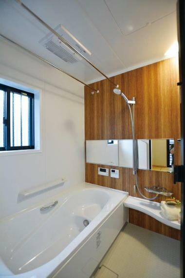 浴室 (1号地)LIXILシステムバスルームアライズ。お湯が冷めにくいサーモ浴槽。床材はスポンジで簡単にお掃除ができ、冬でもヒヤッとしない特殊表面処理を施したキレイサーモフロア。