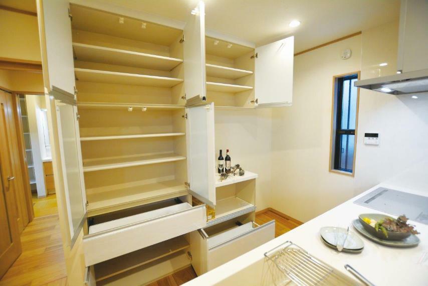 キッチン (1号地)設置済みの食器棚は、扉を開けるとこれだけ収納スペースがあります。幅が広めのプレート調理器具などもスッスッと収納。