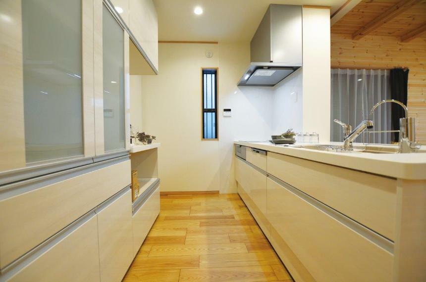 キッチン (1号地)天井まで無駄なく収納でき、ほこりがたまりにくいのがうれしい食器棚も設置済みです。調理台と統一感のあるデザインが、キッチンをスッキリ清潔な印象に見せてくれますね。