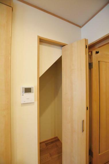 収納 (1号地)階段下のデッドスペースを利用したリビング収納。高さもありお掃除機の収納にぴったりですね。