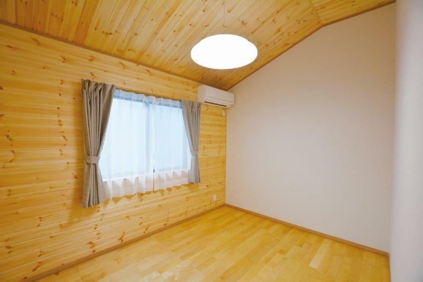 洋室 (1号地)勾配天井で開放感のある真ん中の洋室6帖。全室収納付きで置き家具を減らし、お部屋を広くご使用いただけます。