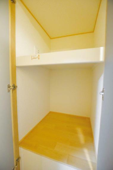 収納 (1号地)階段上スペースを利用した2階廊下収納。お部屋にしまいきれないお布団などの収納に。