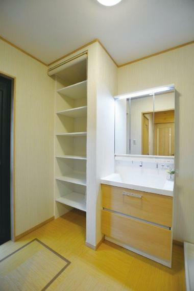 洗面化粧台 (1号地)一般的な洗面室より広めとなっており、タオルなどの収納に便利な造作収納付きです。お庭に通じる勝手口があり、お洗濯動線ラクラクレイアウト。雨の日は室内干しもできるゆったりスペースとなっております。